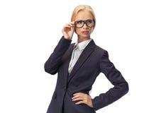 Attraktiva blonda bärande exponeringsglas för affärskvinna Arkivfoto