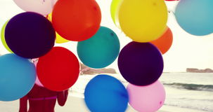 Attraktiva blonda innehavballonger arkivfilmer