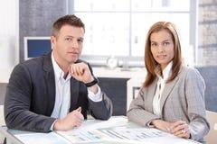 attraktiva businesspeople som fungerar tillsammans Royaltyfri Bild