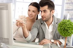 Attraktiva businesspeople som tillsammans arbetar Royaltyfri Foto