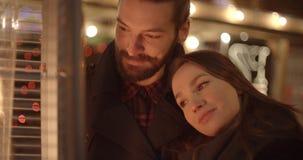 Attraktiva caucasian par på ett datum i en stad på natten royaltyfri bild