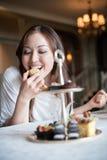 attraktiva efterrätter som äter kvinnan arkivbild