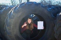Attraktiva försäljningar för en kvinnlig arbetare av gummihjul och punkter till skrivplattan fotografering för bildbyråer