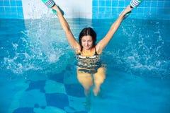 Attraktiva flickadrev i aquaaerobics Fotografering för Bildbyråer