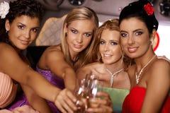 Attraktiva flickor som firar med champagne Royaltyfri Bild