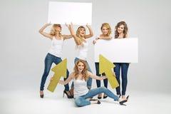 Attraktiva flickvänner som rymmer tomma bräden Royaltyfria Bilder