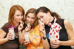 attraktiva godisar som äter fruktflicka tre Fotografering för Bildbyråer