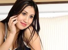 attraktiva härliga kallande kvinnor royaltyfri foto