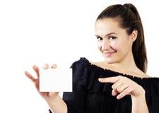 attraktiva härliga kvinnor för holding för affärskort royaltyfria bilder