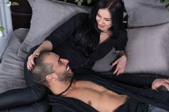 Attraktiva internationella par i svart kläder ser varje ot Arkivbilder