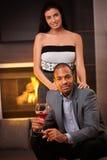 Attraktiva interracial par hemma vid spis Royaltyfri Fotografi