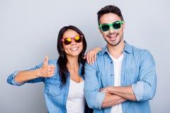 Attraktiva kalla härliga partners i sommarexponeringsglas som ler till Fotografering för Bildbyråer