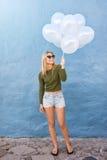 Attraktiva kvinnliga ballonger för innehav för modemodell arkivfoto