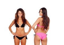 Attraktiva kvinnor i bikini Arkivbilder