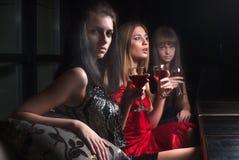 Attraktiva kvinnor kopplar av i kafé Arkivfoton