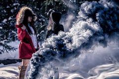 Attraktiva kvinnor med färgrika rökgranater royaltyfria foton