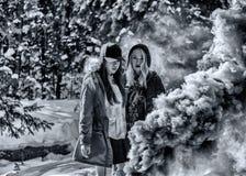 Attraktiva kvinnor med färgrika rökgranater royaltyfri fotografi