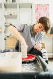 Attraktiva kvinnor som in arbetar p? keramikers hjul studion royaltyfria foton