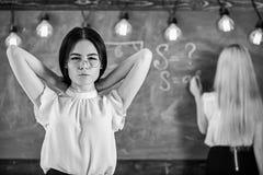 Attraktiva kvinnor som förbereder sig för kurs Student- och deltagare i utbildningbegrepp Studenten lärare i glasögon står i klas arkivfoton