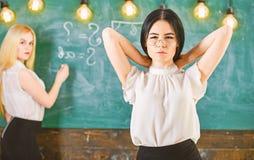Attraktiva kvinnor som f?rbereder sig f?r kurs Student- och deltagare i utbildningbegrepp Flickan ser attraktiv medan damhandstil royaltyfri bild
