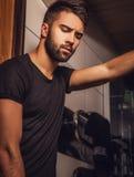 Attraktiva män inomhus Storen specificerar fotografering för bildbyråer