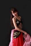 attraktiva magdansdansaredanser klär den östliga flickaorangen Royaltyfri Bild