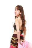 attraktiva magdansdansaredanser klär den östliga flickaorangen Royaltyfri Fotografi