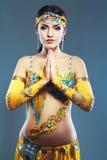 attraktiva magdansdansaredanser klär den östliga flickaorangen Royaltyfria Foton