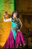 attraktiva magdansdansaredanser klär den östliga flickaorangen arkivfoto