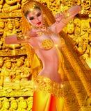 attraktiva magdansdansaredanser klär den östliga flickaorangen En digital konstfantasiskapelse av en förtrollande indisk tempelda Arkivbilder