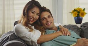 Attraktiva par för blandat lopp som ler på kameran Royaltyfria Foton