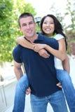 attraktiva par fokuserar den interracial mannen Arkivfoton