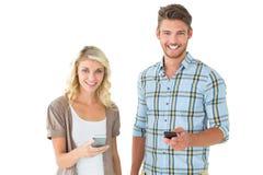 Attraktiva par genom att använda deras smartphones Arkivfoton