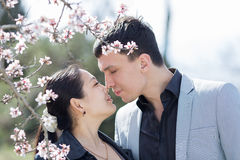 Attraktiva par, i att blomstra, parkerar Fotografering för Bildbyråer