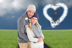 Attraktiva par, i att krama för vintermode arkivfoto