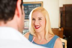 Attraktiva par i cafe eller coffeeshop Fotografering för Bildbyråer