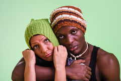 Attraktiva par i vinter danar locket som ler på kameran på gräsplan Arkivfoton