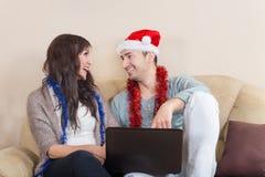 Attraktiva par med förälskade Santa Hat Together Fotografering för Bildbyråer