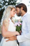 Attraktiva par omkring som kysser sig Arkivbild