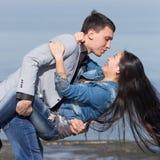 Attraktiva par på havet Arkivfoto