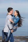 Attraktiva par på havet Europeisk grabb som bär hans asiatG Royaltyfria Foton
