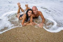 Attraktiva par på havet i mulen dag för sommar fotografering för bildbyråer