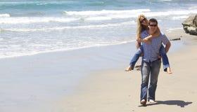 Attraktiva par på stranden Arkivfoton