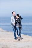 Attraktiva par som along kör av pir Royaltyfria Foton