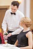 Attraktiva par som besöker den lyxiga restaurangen royaltyfri bild