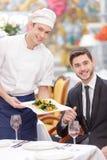 Attraktiva par som besöker den lyxiga restaurangen arkivfoto