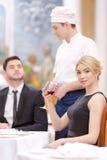 Attraktiva par som besöker den lyxiga restaurangen royaltyfri fotografi