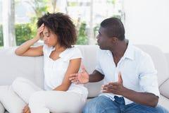 Attraktiva par som har ett argument på soffan Royaltyfri Bild