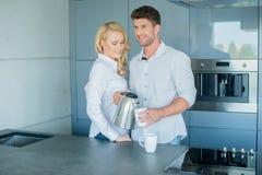 Attraktiva par som har morgonkaffe fotografering för bildbyråer