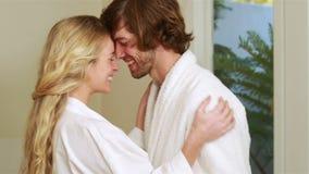 Attraktiva par som kramar med affektion stock video